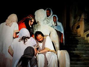 Edipo si rivolge alla sua stessa consorte, Giocasta, per saperne di più sulla morte di Laio