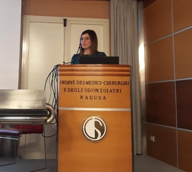 La Dott.ssa Daniela Spadaro, psicologa presso l'UOC Neurogia del Guzzardi di Vittoria, durante il suo intervento al Convegno presso l'Ordine dei medici di Ragusa